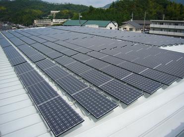 岡山食材倉庫の屋上に設置した太陽光パネル